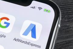 Icono expreso del uso de Google AdWords en el primer de la pantalla del iPhone X de Apple Las palabras del anuncio de Google expr Fotografía de archivo libre de regalías