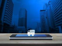 Icono libre del camión de reparto en la pantalla elegante moderna del teléfono en de madera fotos de archivo libres de regalías
