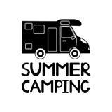 Icono negro del coche y verano de la frase que acampa en el fondo blanco Foto de archivo