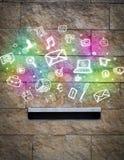 Iconos coloridos y símbolos que estallan fuera de un buzón Foto de archivo