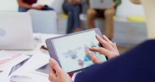Iconos de conexión del negocio conmovedor ejecutivo en la tableta digital 4k almacen de video