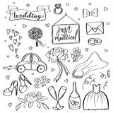 Iconos de la boda Dé los símbolos bosquejados novia, novio, par, amor, anillos, luna de miel, celebración de la boda del vector Fotografía de archivo libre de regalías