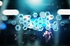 Iconos de las técnicas mixtas, de la inteligencia empresarial en la pantalla virtual, análisis y tablero de instrumentos de proce fotos de archivo libres de regalías