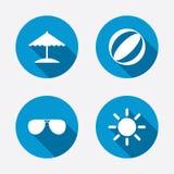 Iconos de los días de fiesta de la playa Paraguas y gafas de sol Imagen de archivo libre de regalías