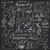 Iconos de los garabatos de los elementos de la química y del sciense fijados Dé el bosquejo exhausto con el microscopio, fórmulas Fotografía de archivo libre de regalías