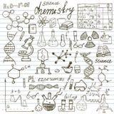 Iconos de los garabatos de los elementos de la química y del sciense fijados Dé el bosquejo exhausto con el microscopio, fórmulas Imagen de archivo libre de regalías