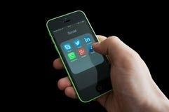 Iconos de medios apps sociales en la pantalla del iphone Foto de archivo libre de regalías