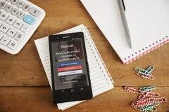 Iconos de Pinterest app en móvil de la pantalla dividida Foto de archivo libre de regalías