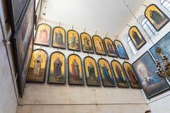 Iconos de santos ortodoxos y la caída honrada en la iglesia de Alexander Nevsky en Jerusalén, Israel fotografía de archivo