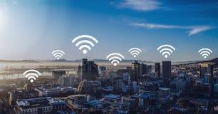 Iconos de Wifi en ciudad fotos de archivo libres de regalías