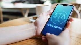 Iconos del asesoramiento jurídico en la pantalla del teléfono móvil Abogado en la ley, consulta, supprot Concepto del asunto foto de archivo