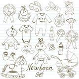 Iconos del bebé, juguetes, ropa y cuna, ejemplo dibujado mano del vector del bosquejo Fotografía de archivo