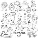 Iconos del bebé, juguetes, ropa y cuna, ejemplo dibujado mano del vector del bosquejo Imágenes de archivo libres de regalías