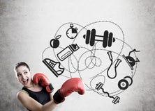 Iconos del boxeador y del deporte de la mujer en el muro de cemento Fotos de archivo libres de regalías