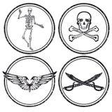 Iconos del símbolo de los cráneos y de las espadas del pirata Foto de archivo