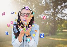 iconos del uso de la mujer joven del inconformista que soplan de sus manos en el parque Imágenes de archivo libres de regalías