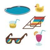 Iconos del verano del vector el Plano-estilo bebe, los vidrios, piscina coloreada en el fondo blanco imagenes de archivo