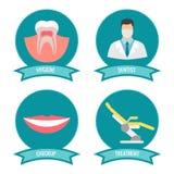 Iconos dentales con el doctor, la sonrisa, los dientes y la silla medicinal libre illustration