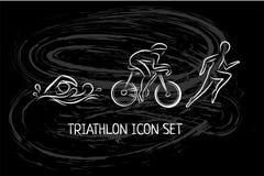 Iconos dibujados mano del esquema del Triathlon fijados para el acontecimiento deportivo o maratón o competencia o equipo del tri stock de ilustración