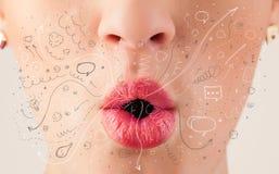 Iconos dibujados mano que soplan y símbolos de la boca bonita de la mujer foto de archivo