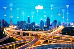 Iconos elegantes de la ciudad y de la tecnología, Internet de cosas, con el fondo de las redes de servicios inteligentes
