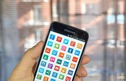 Iconos en medios sociales en una pantalla Imagen de archivo