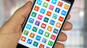 Iconos en medios sociales en una pantalla Fotos de archivo
