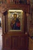 Iconos en un sueldo tallado de madera en el monasterio de Troyan en Bulgaria Foto de archivo libre de regalías