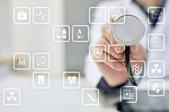 Iconos médicos en la pantalla virtual Tecnología moderna en medicina Imagen de archivo