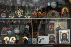 Iconos ortodoxos en una tienda del icono Foto de archivo libre de regalías