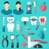 Iconos planos dentales fijados en fondo verde libre illustration