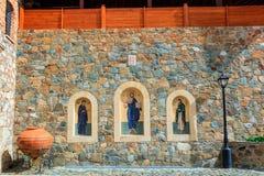 Iconos por la entrada al monasterio de Machairas en Chipre Foto de archivo libre de regalías