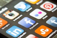 Iconos sociales del app de los medios en un teléfono elegante Imágenes de archivo libres de regalías