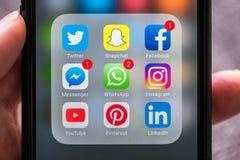 Iconos sociales del app de los medios exhibidos en el iPhone de Apple Foto de archivo libre de regalías
