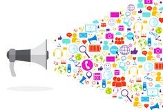 Iconos sociales del megáfono medios en el concepto blanco de la comunicación de la red del fondo Fotografía de archivo