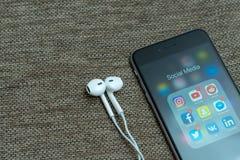Iconos sociales exhibidos en el iPhone de Apple, algunos iconos del app de los medios con notificaciones imagenes de archivo