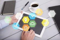 Iconos y gráficos coloreados de los usos en la pantalla virtual Concepto del asunto Imágenes de archivo libres de regalías
