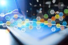 Iconos y gráficos coloreados de los usos en la pantalla virtual Concepto del asunto Imagen de archivo