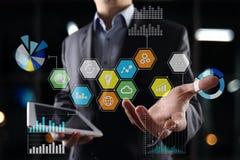 Iconos y gráficos coloreados de los usos en la pantalla virtual Concepto del negocio, de Internet y de la tecnología Imágenes de archivo libres de regalías