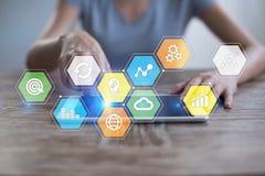 Iconos y gráficos coloreados de los usos en la pantalla virtual Concepto del negocio, de Internet y de la tecnología Fotografía de archivo libre de regalías
