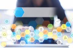 Iconos y gráficos coloreados de los usos en la pantalla virtual Concepto del negocio, de Internet y de la tecnología Fotos de archivo libres de regalías