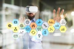 Iconos y gráficos coloreados de los usos en la pantalla virtual Concepto del negocio, de Internet y de la tecnología Imagen de archivo libre de regalías