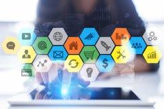 Iconos y gráficos coloreados de los usos en la pantalla virtual Concepto del negocio, de Internet y de la tecnología Imagen de archivo