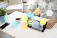 Iconos y gráficos coloreados de los usos en la pantalla virtual Concepto del negocio, de Internet y de la tecnología Imagenes de archivo
