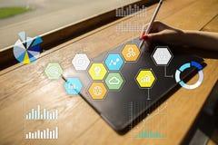 Iconos y gráficos coloreados de los usos en la pantalla virtual Concepto del negocio, de Internet y de la tecnología Foto de archivo libre de regalías