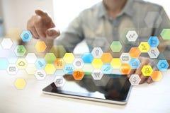 Iconos y gráficos coloreados de los usos en la pantalla virtual Concepto del negocio, de Internet y de la tecnología Fotos de archivo