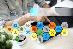 Iconos y gráficos coloreados de los usos en la pantalla virtual Concepto del negocio, de Internet y de la tecnología Foto de archivo