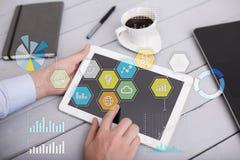 Iconos y gráficos coloreados de los usos en la pantalla virtual Concepto de la tecnología Foto de archivo libre de regalías