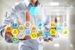 Iconos y gráficos coloreados de los usos en la pantalla virtual Concepto de la tecnología Imágenes de archivo libres de regalías