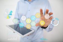 Iconos y gráficos coloreados de los usos en la pantalla virtual Concepto de la tecnología Imagen de archivo libre de regalías